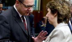 Le secrétaire dEtat allemand à la Défense, Christian Schmidt, en conversation avec Catherine Ashton le 9 décembre (crédit: Conseil de lUE)
