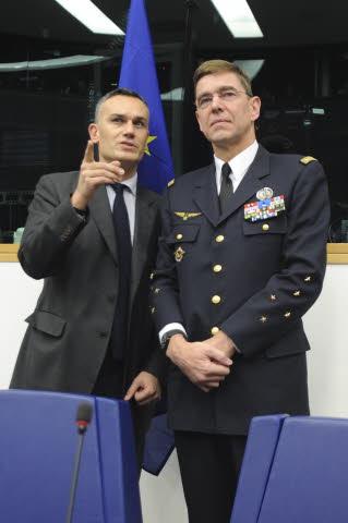 Arnaud Danjean avec le Général Abrial (ACT-OTAN) (crédit : Parlement européen, novembre 2010)