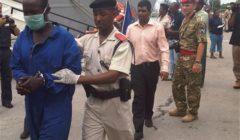Arrivée des pirates à Port-Victoria et prise en charge par la police seychelloise (Crédit : marine espagnole / EUNAVFOR Atalanta)