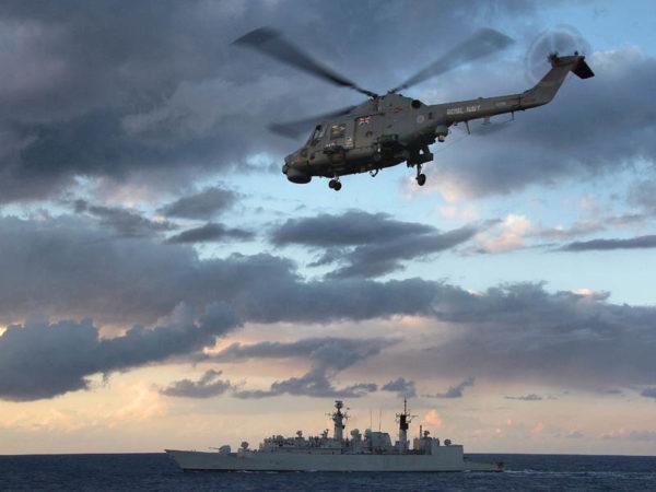"""L'hélicoptère Lynx qui est normalement à bord du Cumberland porte bien l'inscription """"Royal Navy"""" comme la plupart des hélicoptères britanniques... mais pas tous (au fond le HMS Westminster) (crédit : UK Royal navy)"""