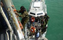 Un navire de patrouille des gardes côtes du Togo en exercice avec la frégate lance missile USS Robert G. Bradley (FFG 49) (Crédit : US Navy / Ensign Sean J. McMahon)