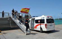 Les marins brûlés rejoignent lambulance qui les attend au pied de la coupée (Crédit : Marine espagnole)