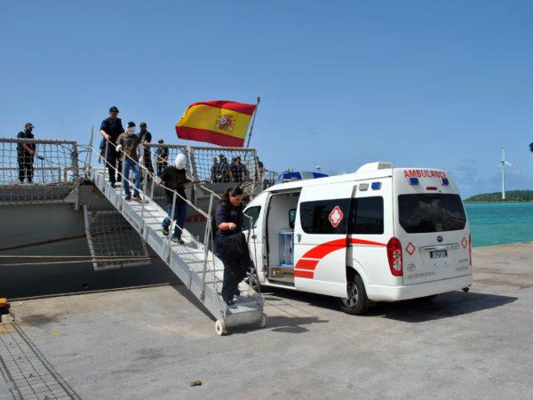 Les marins brûlés rejoignent l'ambulance qui les attend au pied de la coupée (Crédit : Marine espagnole)