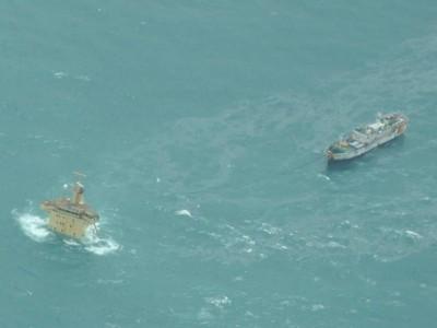 Le FV Naham 3 attaché à l'épave du MV Albedo (Crédits: EUNAVFOR)
