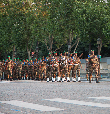 Les Maliens en défilé, lors de la préparation (crédit : Ministère français de la Défense)