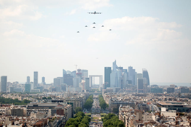 """1 ravitailleur C135 précède ses """"petits"""" Rafale, Mirage 2000D, Mirage F1 (crédit : ministère Fr Défense)"""
