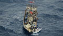 Des pirates en train dabandonner un dhow piraté au plus fort de la piraterie en 2011 (archives B2 - crédit : CTF)