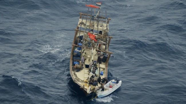 Des pirates en train d'abandonner un dhow piraté au plus fort de la piraterie en 2011 (archives B2 - crédit : CTF)