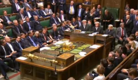 La Chambre des communes après le vote : à gauche, Cameron (capture décran de la Tv Chambre des communes / B2)