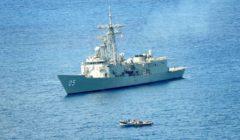 Le HMAS Melbourne arrête 2 skiffs pirates (crédit : CTF151/Marine australienne)