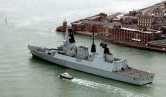 Le HMS Dauntless à son lancement quand il passe lembouchure du port de Portsmouth (crédit : Ministère britannique de la Défense, Vicki Benwell, Crown Copyright/MOD 2010)