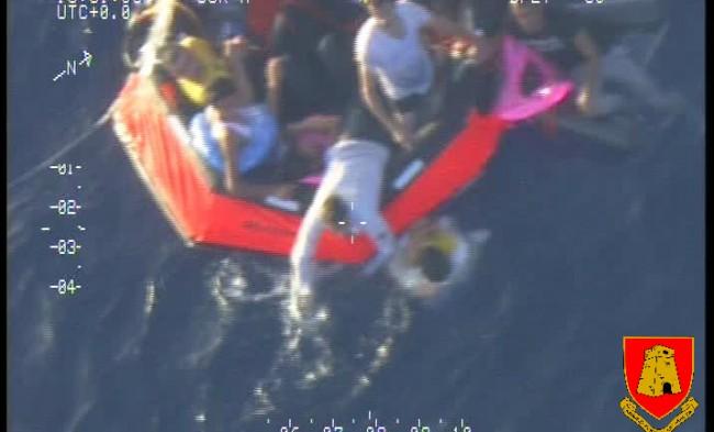 Le raft largué par l'avion a permis de sauver plusieurs migrants (crédit : Forces armées maltaises)
