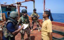 Approche dun dhow yemenite (crédit : marine italienne / EUNAVFOR Atalanta)