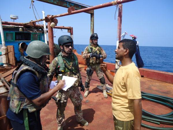 Approche d'un dhow yemenite (crédit : marine italienne / EUNAVFOR Atalanta)