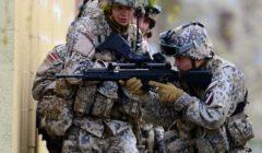 Des soldats lettons du Battle Group européen à lentrainement en Grande-Bretagne (Crédit: Royal Navy Media Archive)