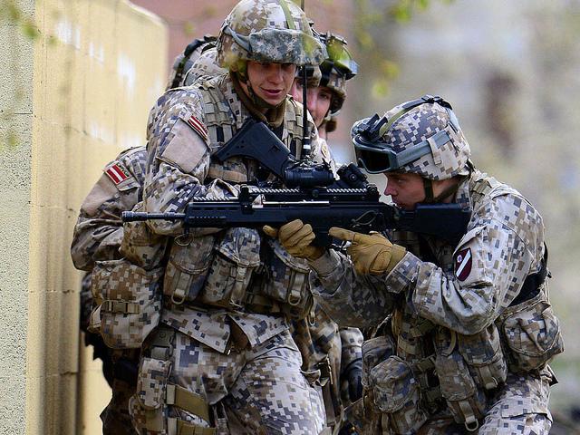 Des soldats lettons du Battle Group européen à l'entrainement en Grande-Bretagne (Crédit: Royal Navy Media Archive)
