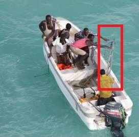Les pirates balancent une échelle à la mer (crédit : Eunavfor Atalanta)
