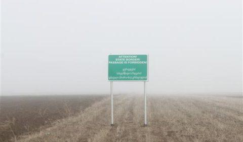 Panneau davertissement au milieu des champs cultivés entre la Géorgie et lOssétie du sud (Crédit UEMM Georgia)