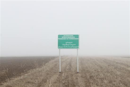 Panneau d'avertissement au milieu des champs cultivés entre la Géorgie et l'Ossétie du sud (Crédit UEMM Georgia)