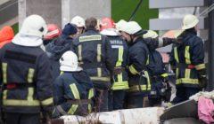 Le Premier ministre letton Valdis Dombrovskis et le ministre de lIntérieur Rihards Kozlovskis en discussion avec les pompiers sur le lieu de la catastrophe (Crédit : Toms Norde, Chancellerie présidentielle / Valsts kanceleja)
