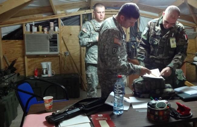 Relève des Américains au camp Cabra par l'escadron d'éclairage et d'investigation français (Crédit : Ministère français de la Défense / DICOD)