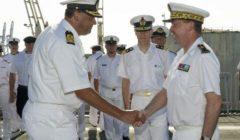 d'une cérémonie à bord du bâtiment néerlandais HrMs Johan de Witt présidée par l'amiral commandant adjoint de l'opération Atalante et en présence du général d'armée aérienne Patrick de Rouziers, chef militaire de l'Union Européenne (Crédits: Ministère de la Défense)