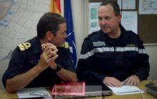 Le contre-amiral Blejean (à droite) en conversation avec son homologue espagnol Diaz Del Rio (Ocean Shield) (crédit : Eunavfor, déc. 2013)