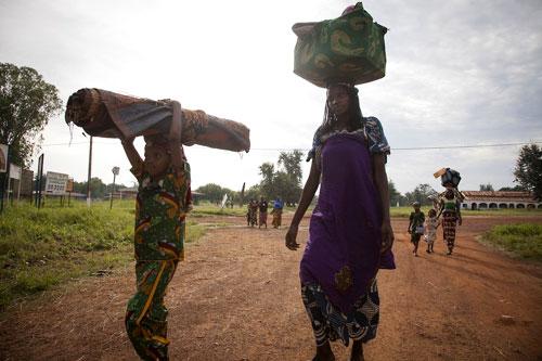 Des personnes fuyant le village de Gbakota arrivent dans un camp après avoir marché 50 km dans la jungle - à Bossangoa dans la région d'Ouham. © ICRC : Boris Heger