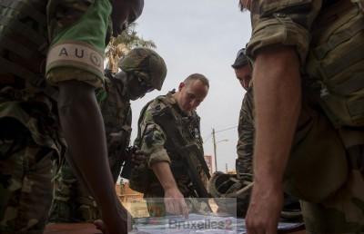 De la désignation rapide du commandant d'opération dépend la suite de l'opération européenne (crédit : Etat-Major français des armées / ECPA - Briefing avant une patrouille à pied entre le 17ème RGP et la Misca Bouroundaise dans le quartier Petevo de Bangui, le 15 janvier 2014).