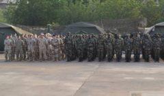 Les formateurs européens et les soldats maliens alignés lors de la cérémonie de début de la formation, ce mercredi 8 janvier (Crédits: EUTM Mali)