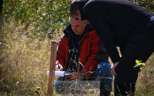 """Le coordinateur de EULEX, Krassimir Nikolov, lors d'un travail d'exhumation de """"tombes sauvages"""" (crédit : EULEX, octobre 2013)"""