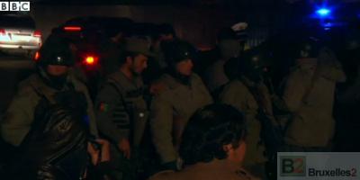 Les forces de sécurité déployées autour de la zone du restaurant, après l'attaque (crédit : BBC)