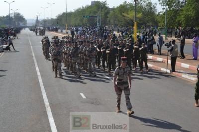 Les formateurs européens défilent dans les rues de sous l'acclamations des malies (Crédits: EUTM Mali)