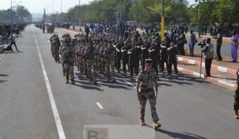 Les formateurs européens défilent dans les rues de sous lacclamations des malies (Crédits: EUTM Mali)