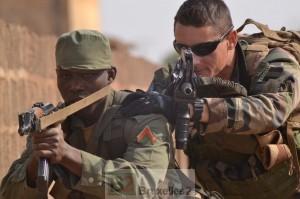 Un formateur européen et un soldat malien progressent dans les rues du village de combat de « Ghost City » (Crédits: EUTM Mali)