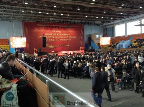 Le meeting de Kharkov où Ianoukovitch est attendu. Symboles anciens et personnes sagement assis sur les gradins (crédit : Euromaidan)