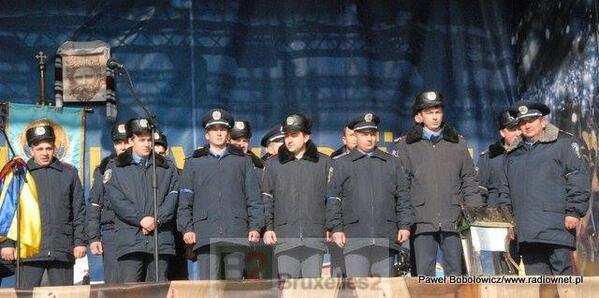 Les policiers de Radekhiv sur la tribune des manifestants de Maïdan (Crédit / Radiownet.pl / via Euromaidan)