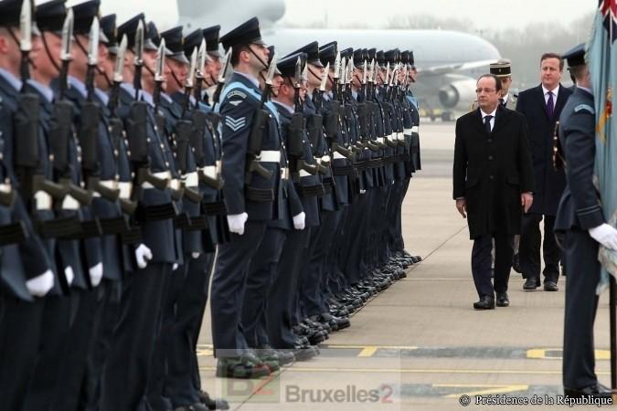 Fr. Hollande et D. Cameron passant en revue les militaires britanniques sur la base de Brize Norton (crédit : MOD UK)