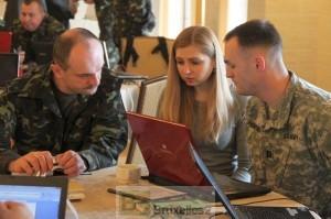 Officier ukrainien et américain en pleine préparation d'exercice, avec une (charmante) interprète (crédit : Ministère ukrainien de la Défense)