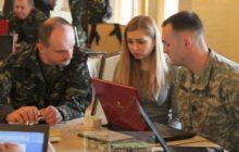 Officier ukrainien et américain en pleine préparation dexercice, avec une (charmante) interprète (crédit : Ministère ukrainien de la Défense)