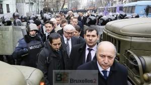 Les ministres français et allemand, L. Fabius et F.-W. Steinmeier se fraient un chemin à Kiev (crédit : Ministère allemand des Affaires étrangères)