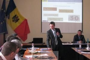 Un instructeur européen explique comment détecter une document falsifié(Crédits : EUBAM Moldavia)