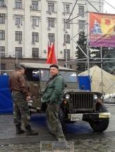 Jeep avec un drapeau stalinien sur la place Kulikovo Loreline Merelle@B2