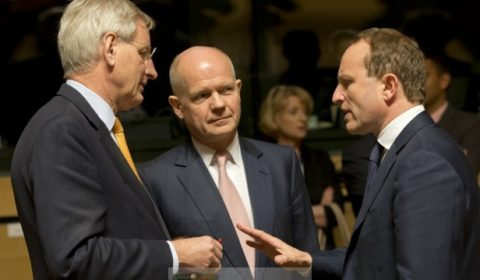 Carl Bildt et William Hague, deux initiateurs de la mission PSDC au conseil des ministres le 14 avril (crédit : Conseil de lUE)