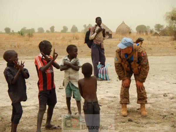 Des enfants sud-soudanais avec un membre de la mission des Nations unies, MINUSS (Crédit : MINUSS)