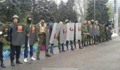 Manifestants pro-Russes, armés de boucliers, battes, cagoules et matraques à Odessa, Ukraine (Loreline Merelle@B2)
