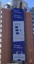 """La bannière déployée sur la Commission européenne. """"Cette fois c'est différent"""" Un rien provocateur ? (crédit : © NGV / B2)"""