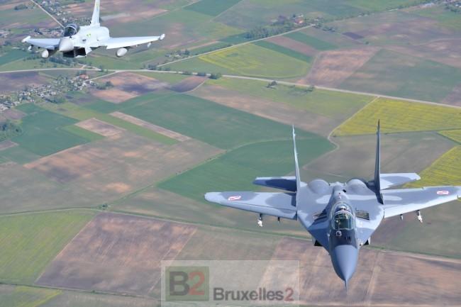 Un MIG-29 polonais et un Typhoon FGR4 anglais lors d'un exercice à Siaulai dans le cadre de la mission Baltic Air Policing de l'OTAN