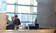 Pierre Moscovici sinscrivant sur le registre de la Commission © NGV /B2