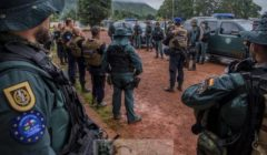 Guardia Civil et gendarmes français en briefing (crédit : ECPAD / Gendarmerie nationale)